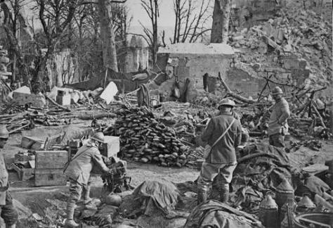 Soldados franceses amontonando armas del enemigo en primavera de 1917