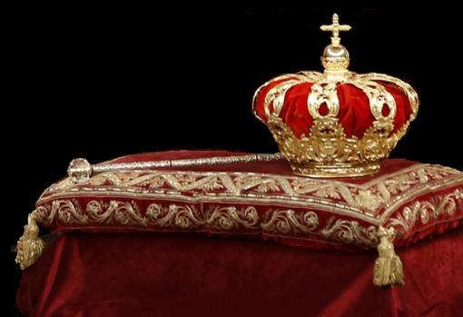 Corona tumular y bastón de España.