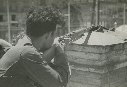 Un milliciano republicano durante el combate con las tropas nacionales del Cuartel de la Montaña