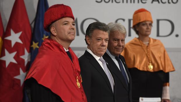 Juan Manuel Santos, entre sus dos padrinos, Felipe González y el profesor Joaquín González Ibáñez (i)