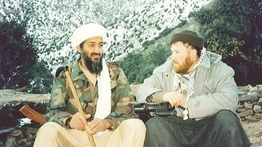 Osama Bin Laden, sentado junto a Setmarian, en una foto de archivo
