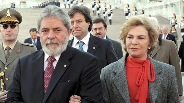 Foto de archivo tomada el 11 de octubre de 2008 del entonces presidente brasileño Luiz Inacio Lula da Silva (izq) y su esposa Marisa Leticia Rocco