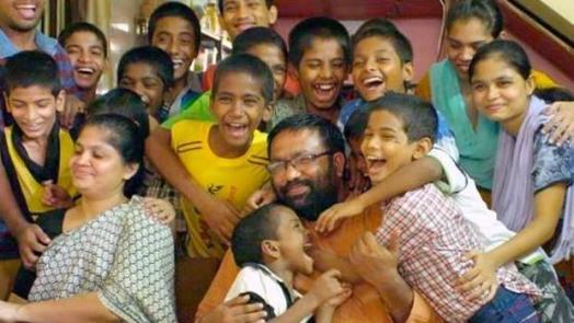 El heroico padre que ha adoptado 22 niños abandonados y enfermos