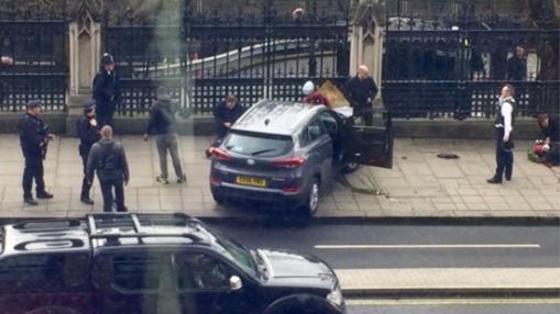 Algunos de los heridos habrían sido atropellados por un vehículo todoterreno que se ha empotrado junto a la verja del Parlamento