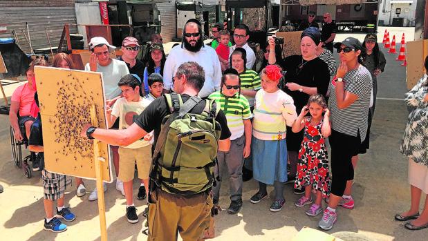 Un grupo de turistas visita el campo de entrenamiento de Caliber 3