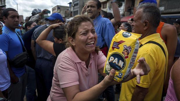 Un grupo de personas protesta por la falta de comida en un barrio de Caracas