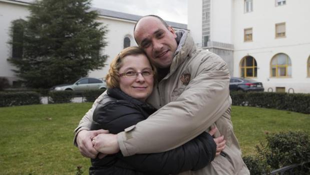 Magdalena Mora y su marido, Tomás Arrabal, se abrazan en el lugar donde se conocieron, la Fundación Carmen Pardo-Valcarce