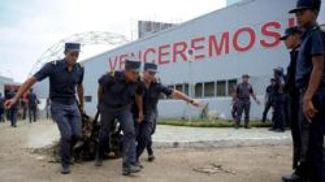 Militares cubanos contribuyen a la retirada de escombros en La Habana