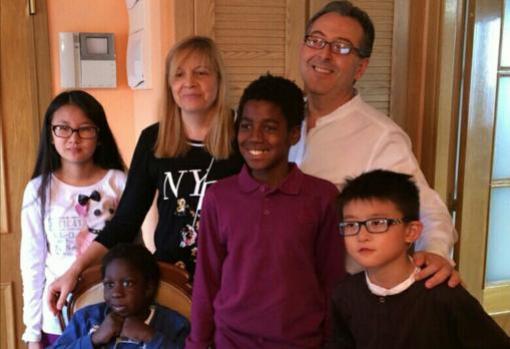 De izq. a dcha: Carmen, junto a su madre, Carmen y su padre, José. Abajo: Javier, de Haití, que es de la familia pero no adoptado por los Morales. A su lado, William y David