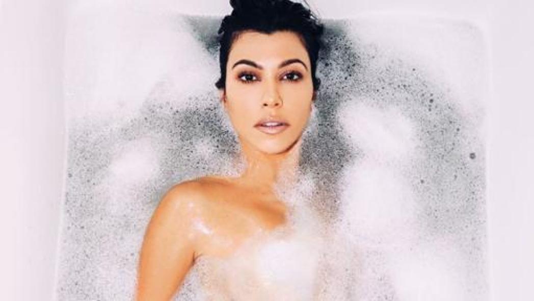 Kourtney Kardashian desnuda en su bañera