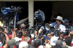 EFE | Megáfono en mano, el depuesto rpesidente Manuel Zelaya ofrece un discurso el sábado a sus seguidores en el paso de Las Manos