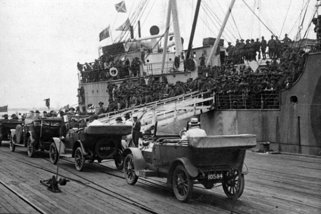 Ship brings Australian troops home after the Armistice at Port Melbourne after returning from overseas, 1919.