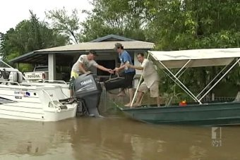 Daly River community prepares for flooding.