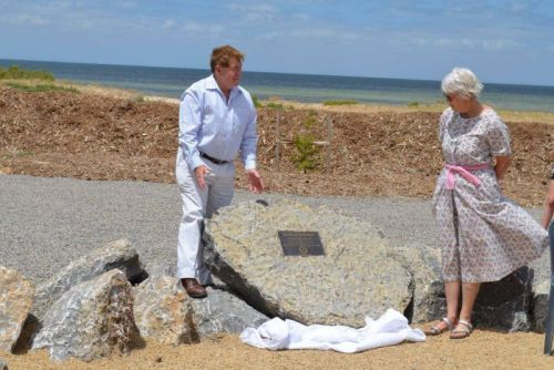 Yorke Peninsula Council Mayor Ray Agnew unveiling a plaque set on a rock near the beach where seven sperm whales died