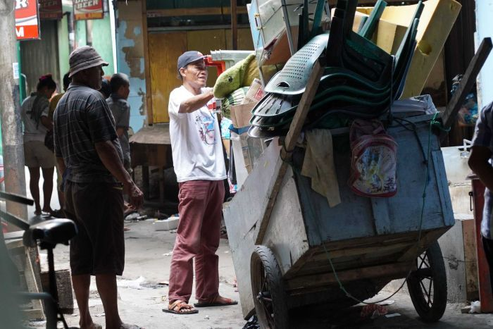 Kalijodo residents salvaging their belongings before eviction