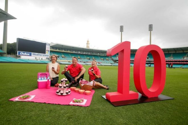 Glenn McGrath (C) a cancer nurse (R) and former patient (L) celebrate 10 years of the Pink Test.