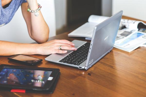 Comment bien épargner son argent sérieusement grâce à Internet