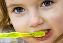 Como ensinar o seu filho a escovar os dentes