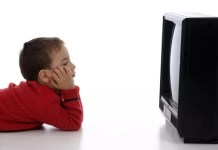 Criança a ver televisão