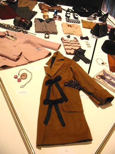 Manteau fermé par des liens ruban All (D.R.)