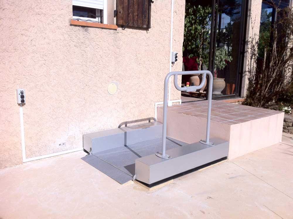 ABC LIFT spécialiste en élévateurs pour personne à mobilité réduite ici le modèle LOW UP