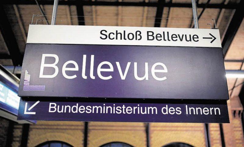 Streetworker ziehen in den S-Bahnhof Bellevue