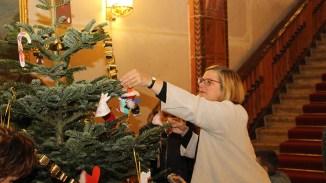 Im Rathaus Schöneberg fing alles an. Bürgermeisterin Angelika Schöttler unterstützt die Aktion jedes Jahr und schmückt mit.