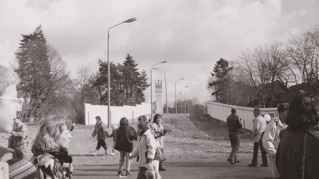 Der ehemalige Todesstreifen an der Grenzmauer bei Glienicke (März (1990)
