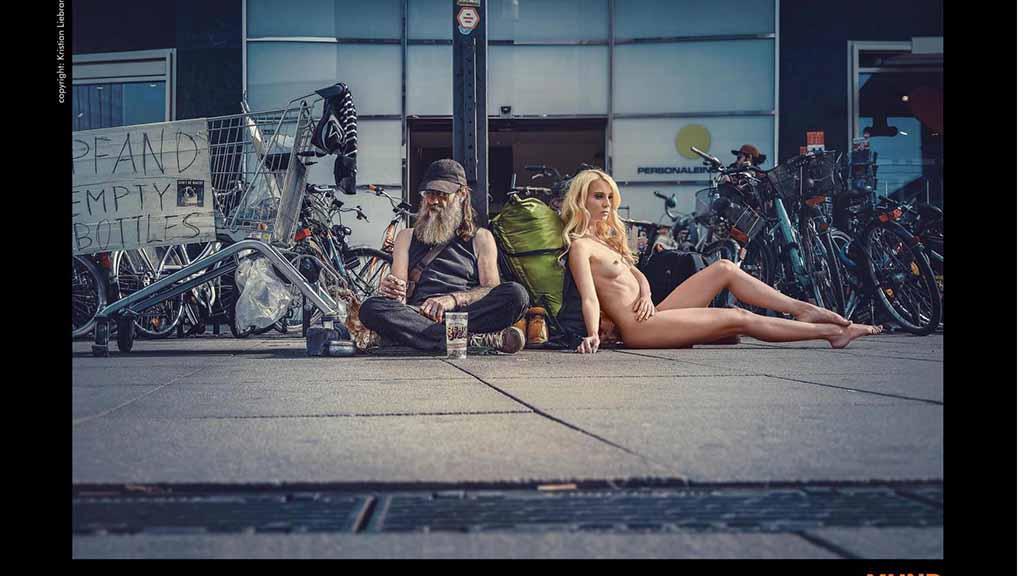 Straßenszene mit Nacktmodell Eva Wenzel