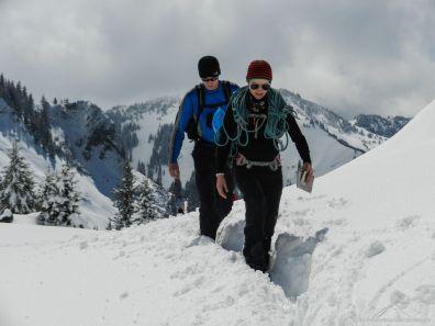 Julia und Dennis stapfen durch den teils knietiefen Schnee