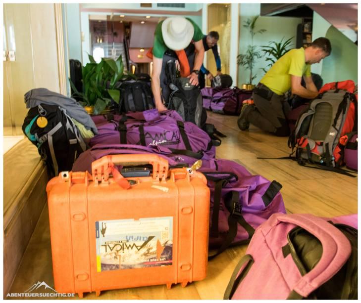 Gepäck sortieren im Hotel