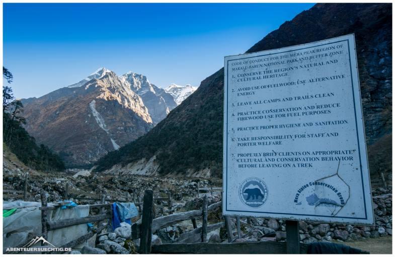 Eingang zum Makalu-Baruntse Nationalpark. Nun müssen wir unsere Permit für die Gipfelbesteigung des Mera Peak vorlegen.