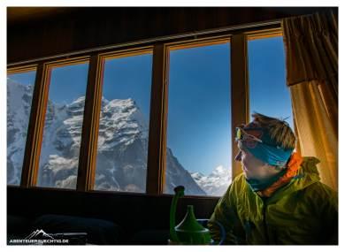 David genießt die gemütliche und komfortable Lodge auf 4850 Metern in Khare