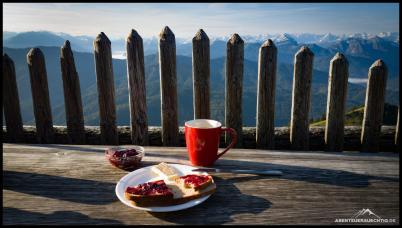 Frühstück mit Aussicht auf der Terrasse der Tegernseer Hütte.