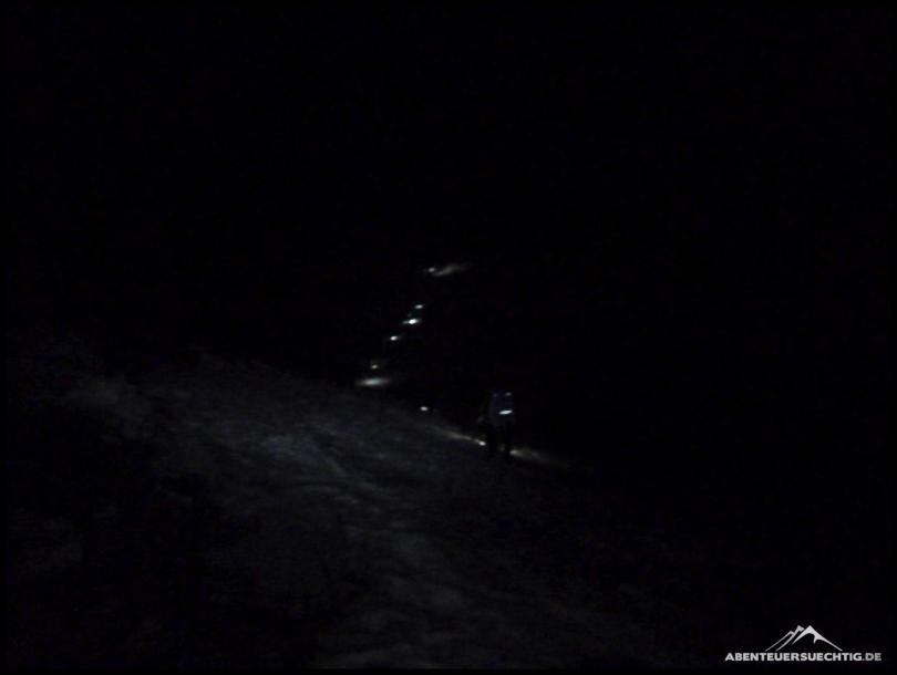 Nur wenige Meter erhellen unsere Stirnlampen die Dunkelheit.