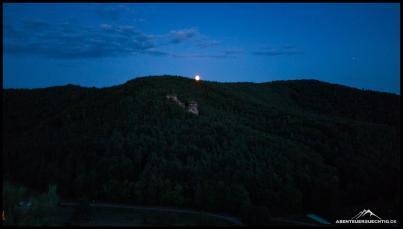 Der Mond geht auf über dem Pfälzerwald