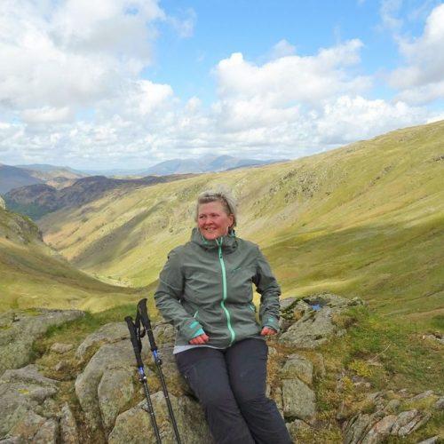Alex wandert auf dem Coast to Coast in England, Lake-District: Rosthwaite nach Grasmere Aufstieg Greenup edge pass on lining grag: Blick auf den Fernwanderweg