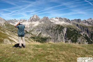 Wanderer auf dem Fernwanderweg e5 über die Alpen
