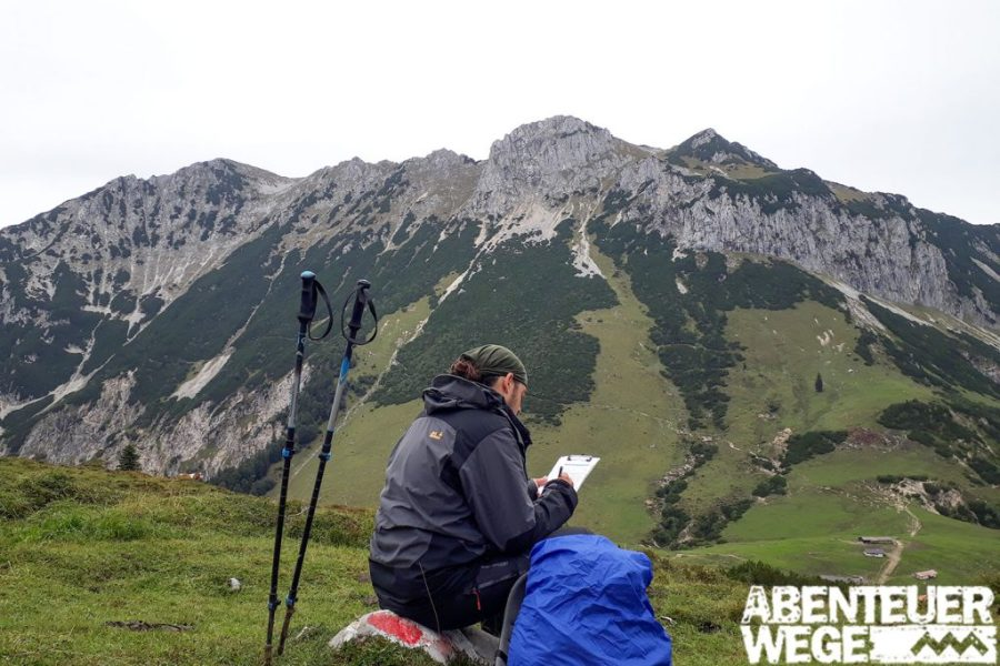 Wanderer macht Pause in den Bergen