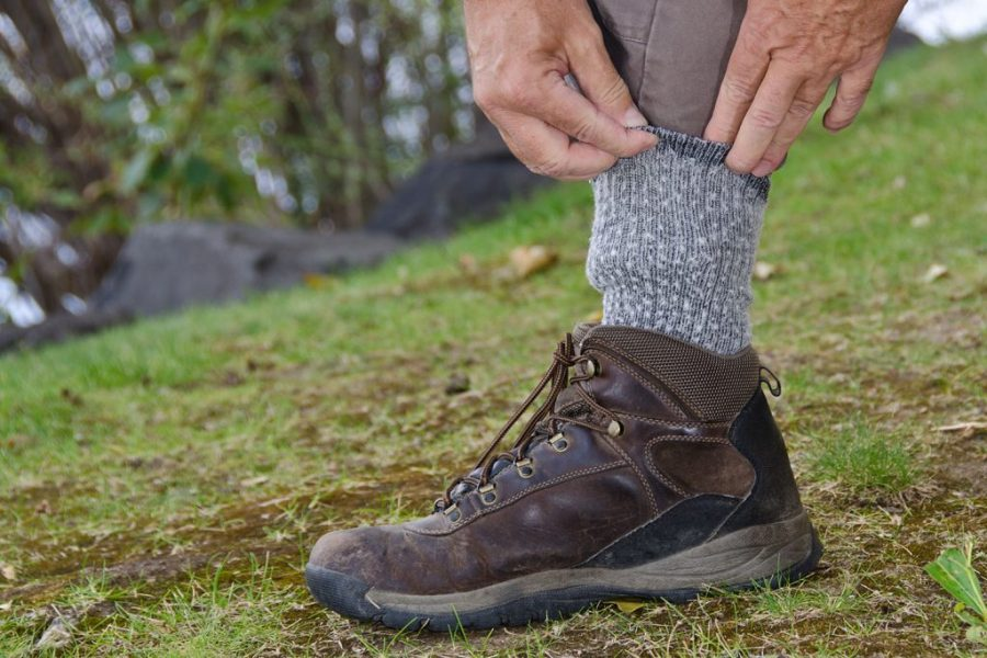 Zur Vorsorge gegen Zecken Hosenbeine in die Socken stecken