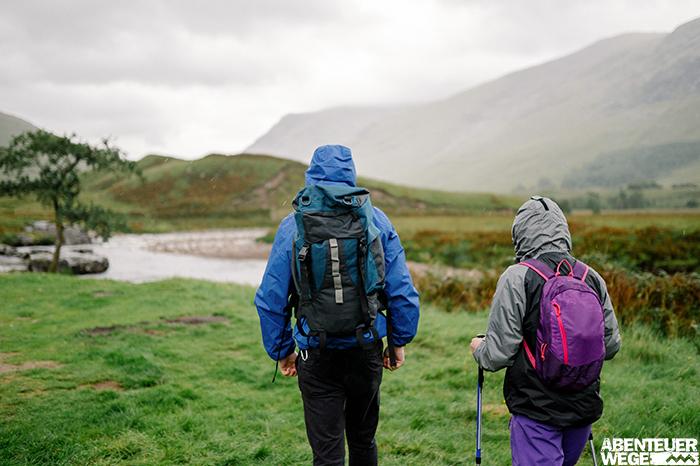 Wanderer im Regen in den schottischen Highlands.