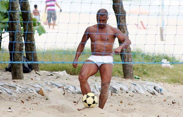 Romário joga futevôlei com sunga de praia da Barra no Rio de Janeiro