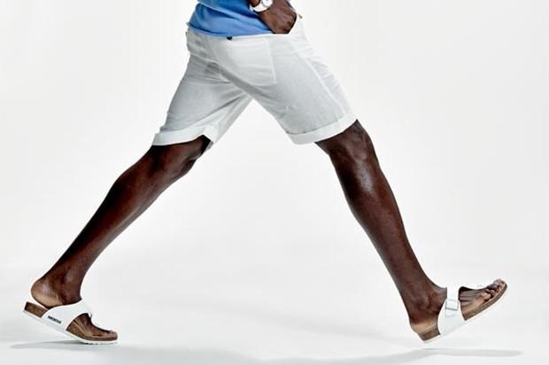 Bermudas com chinelos ou sandálias moda praia masculina