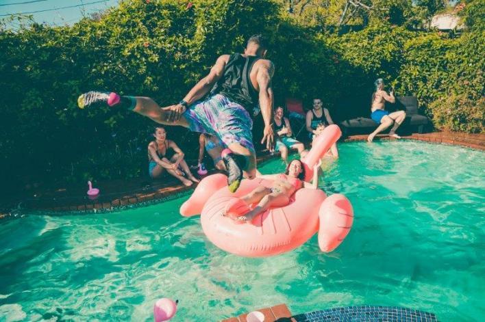 foto de uma pool party ou festa na piscina