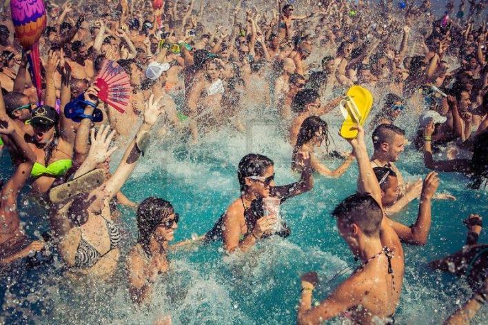 O que é Pool Party e como fazer uma festa na piscina