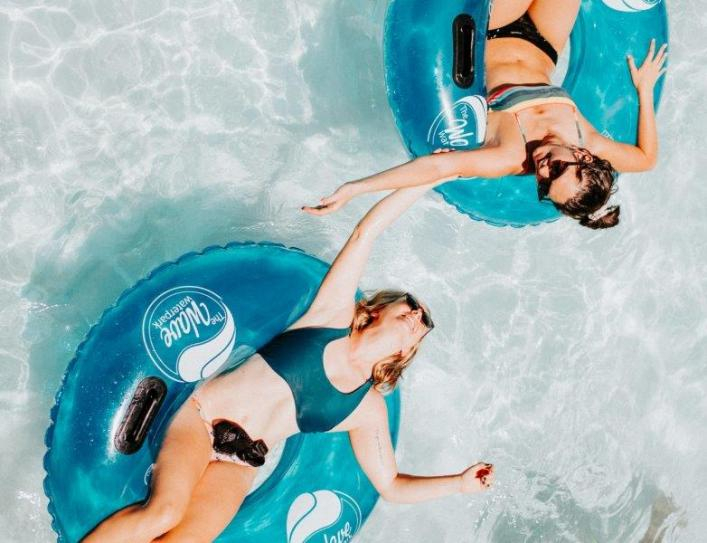 meninas na piscina pool party