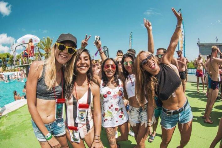 mulheres pool party que musica tocar uma festa na piscina