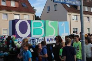 OBS 1 stand auf den großen Kästen. Davor: Kleine Kartons mit den AG-Angeboten der Schule. Foto: Jonas Kück, Kl. 9c