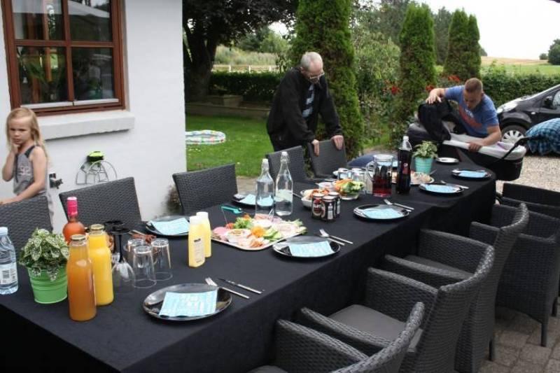 Et dejligt frokostbord i gårdhaven