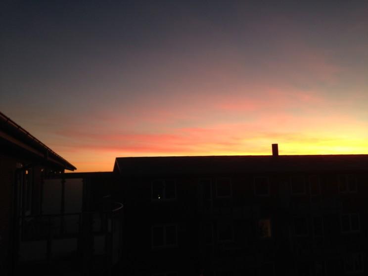 Smuk solopgang over hustagene